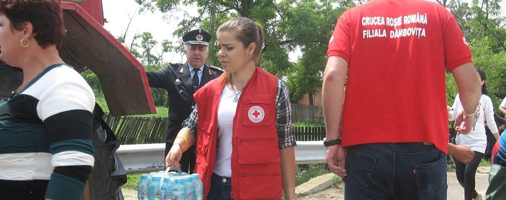 Apă şi pături, distribuite de Crucea Roşie la Răscăieţi şi Vlădeni