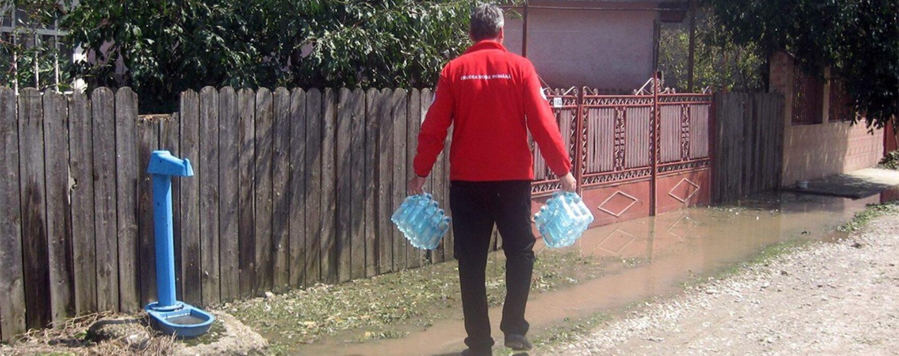 Apă potabilă distribuită celor din zonele inundate