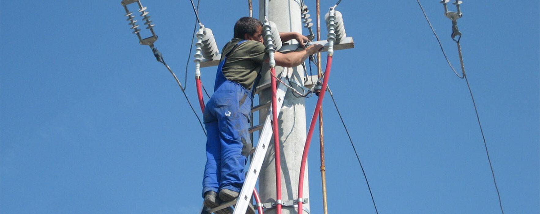 Dâmboviţa: Angajat al unei firme de cablu, electrocutat pe un stâlp de electricitate