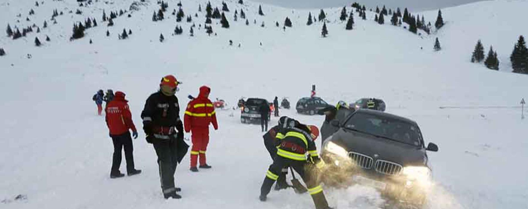 Dâmboviţa: O maşină a derapat în zona Dichiu pe un drum închis circulaţiei