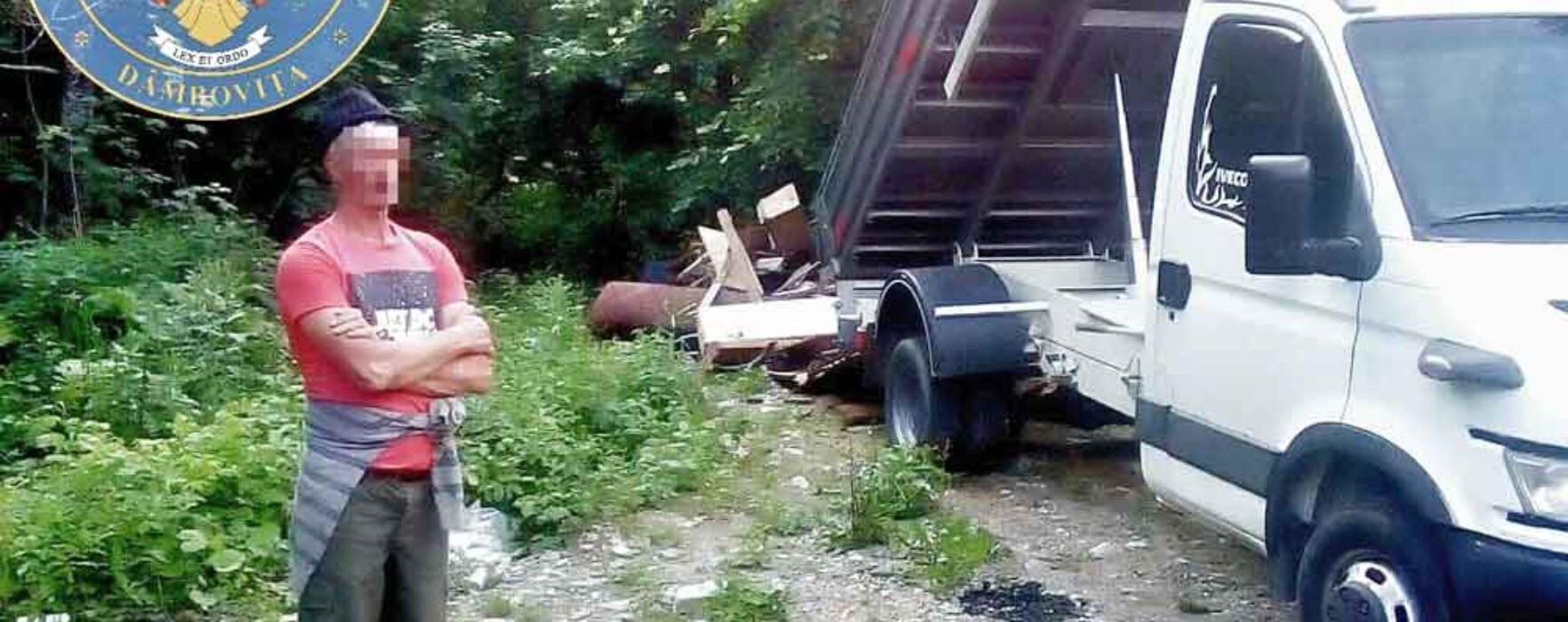 Dâmboviţa: Prinşi de jandarmii montani în timp ce descărcau o autoutilitară cu deşeuri în pădure