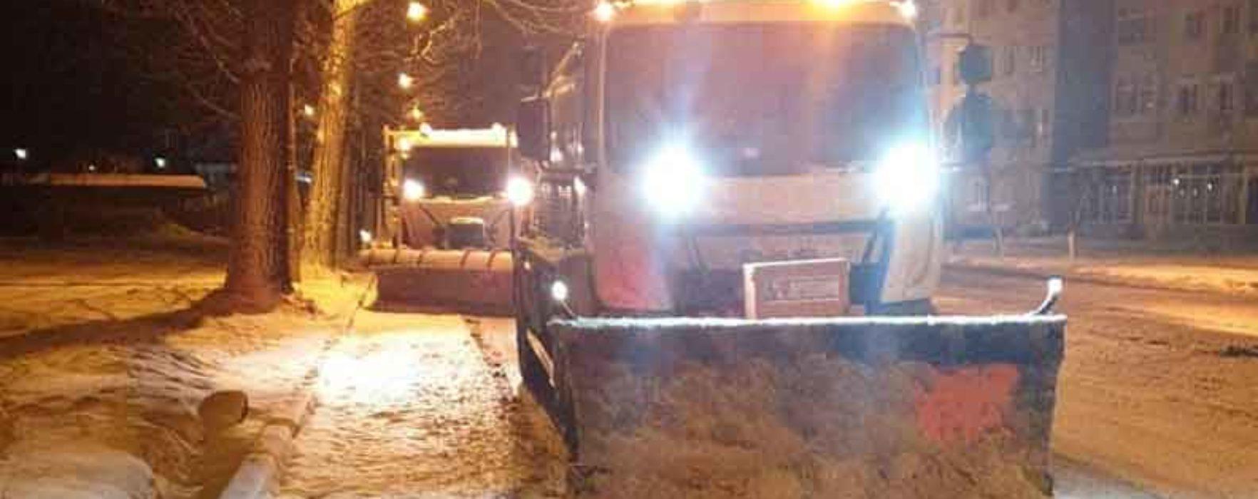Târgovişte: Primăria a acţionat în cursul nopţii pentru înlăturarea zăpezii