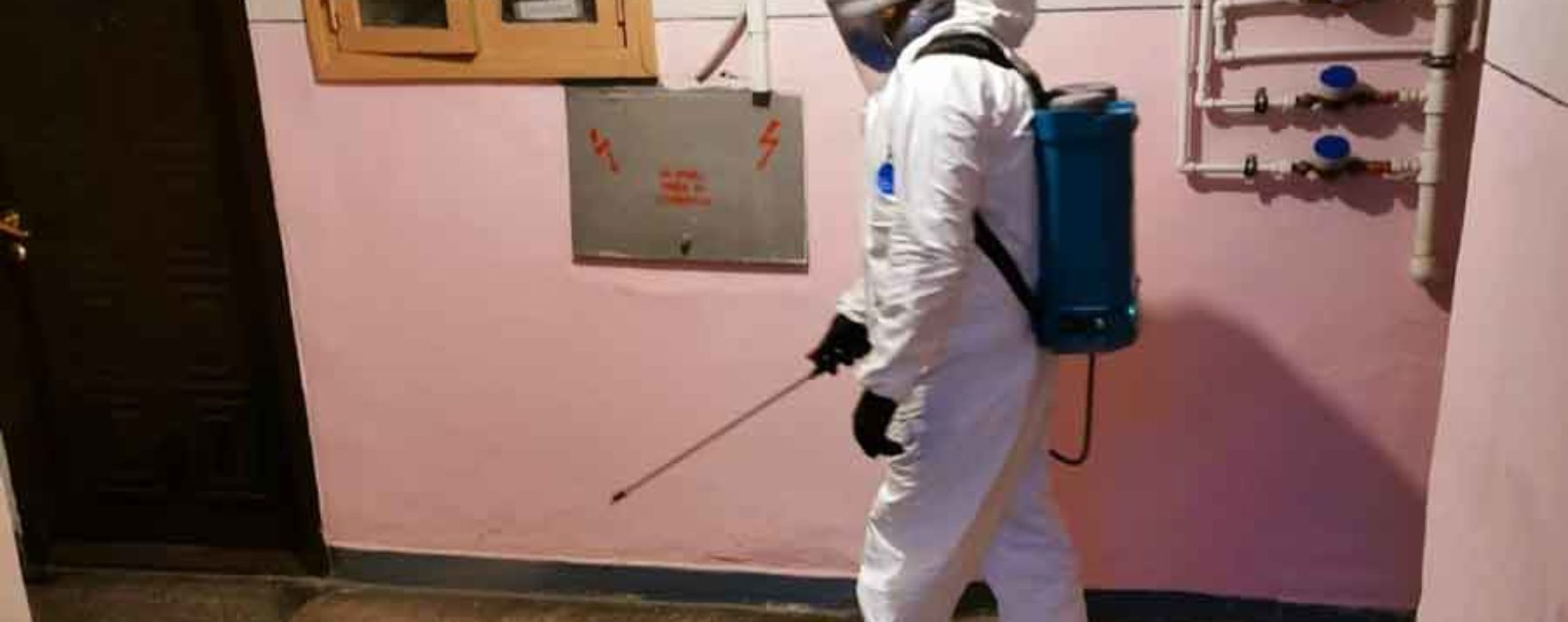 Târgovişte: Primăria dezinfectează toate scările de bloc şi pune dispozitive cu dezinfectanţi pentru mâini (video)