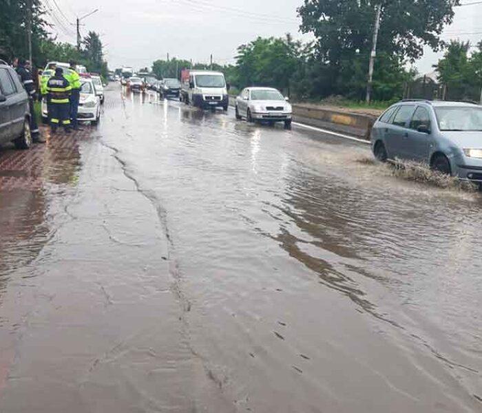 Dâmboviţa: DN7 inundat pe o porţiune de 50 de metri, trafic îngreunat în zona Tărtăşeşti