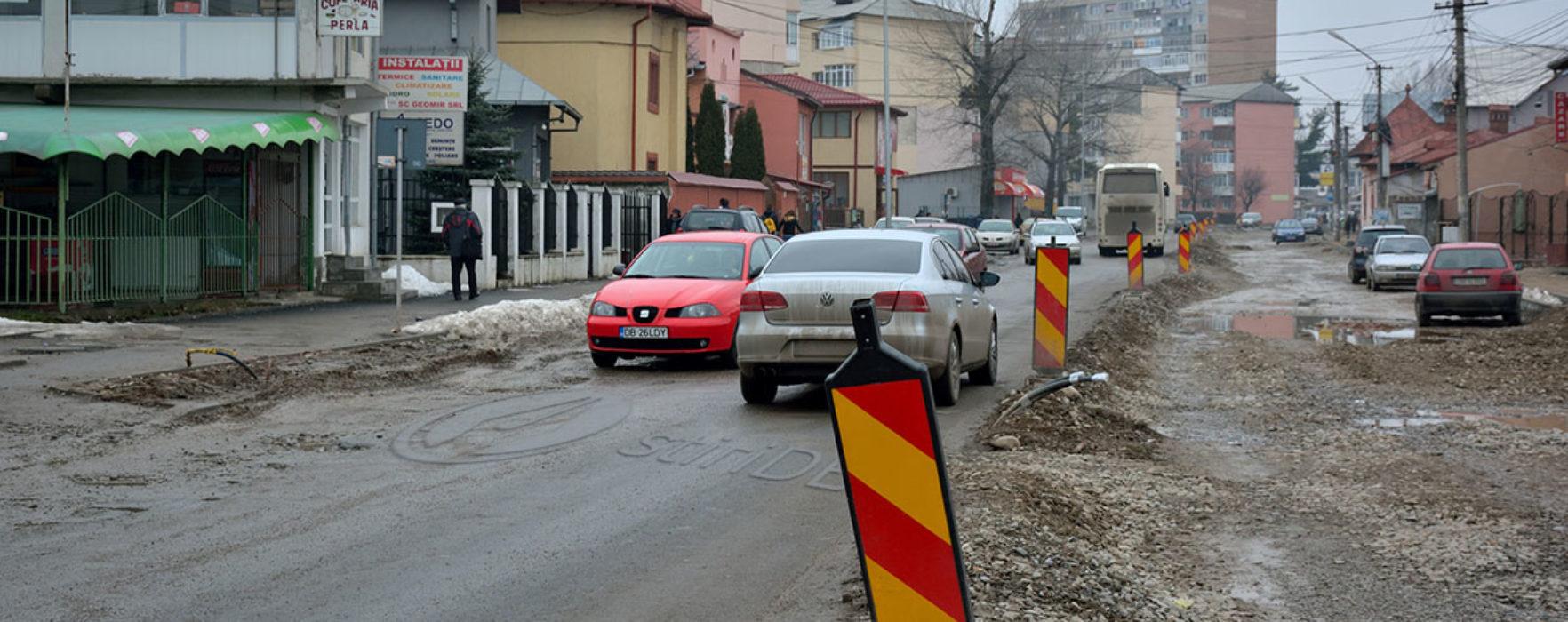 Străzi sparte în Târgovişte şi lăsate luni de zile aşa/Primăria: constructorul e de vină (audio)