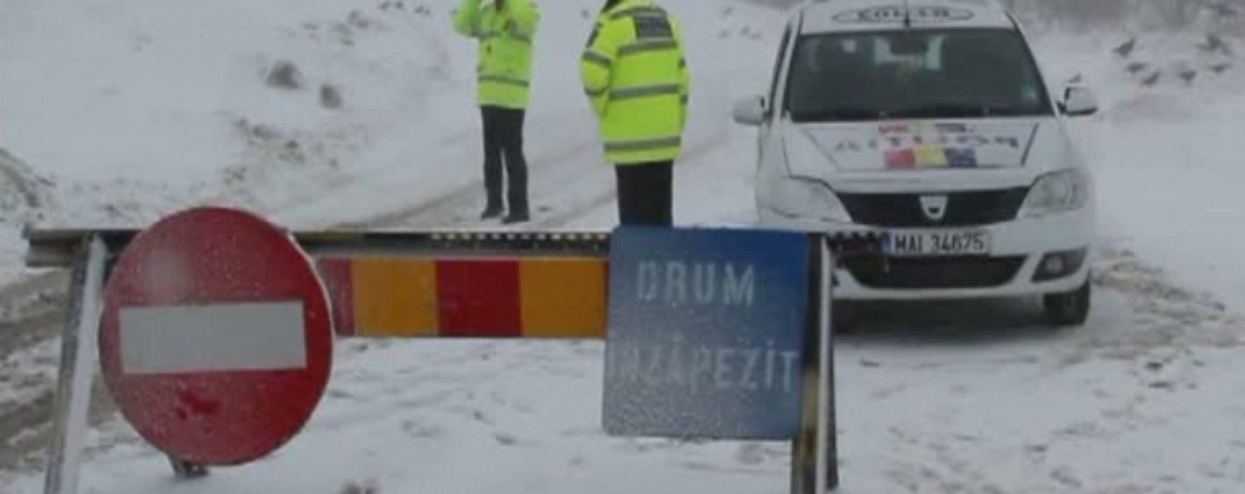 Dâmboviţa: DJ713 de acces spre Platoul Bucegilor a fost închis, gospodării fără curent electric