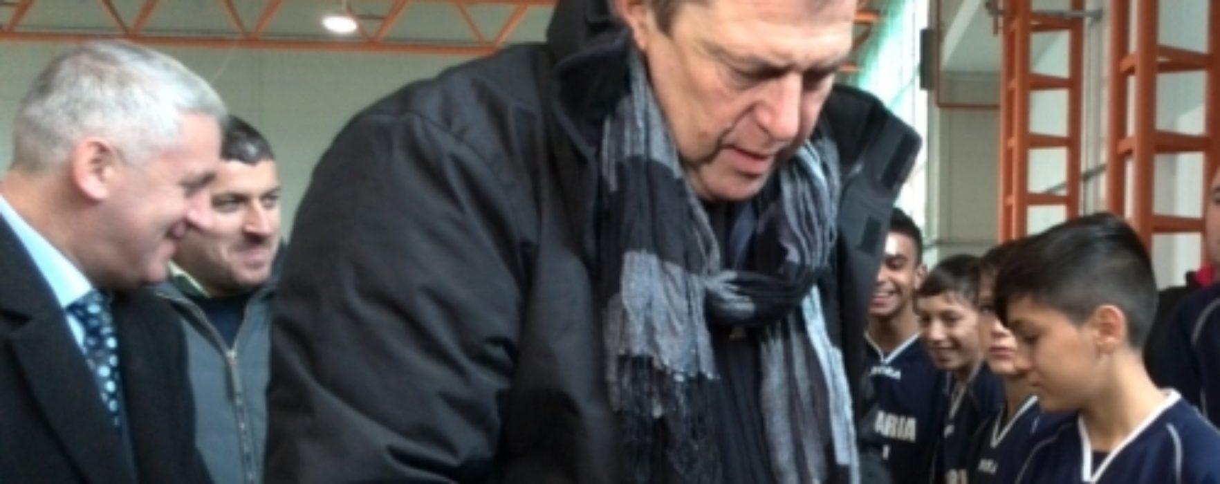 Helmuth Duckadam a împărţit cadouri, de Moş Nicolae, grupelor de copii şi juniori de la Urban Titu (VIDEO)