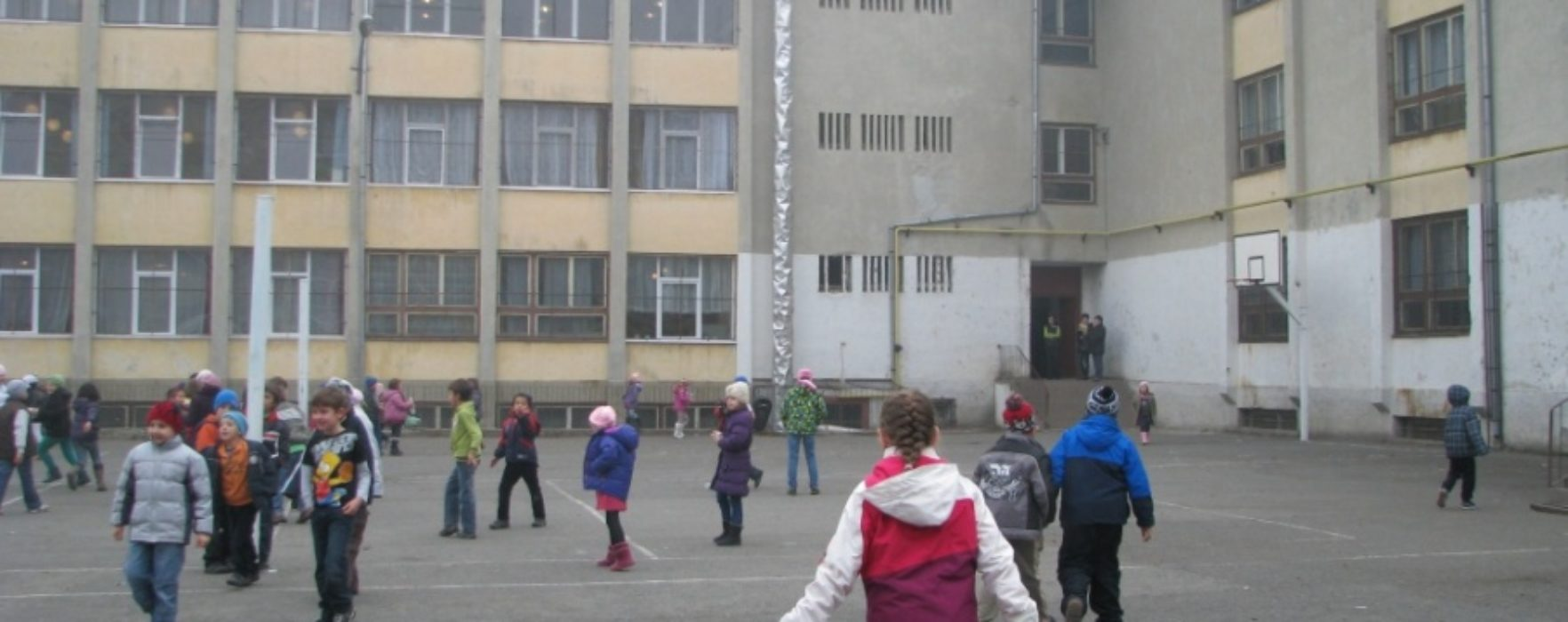 Mai mulţi elevi din Târgovişte, înţepaţi cu un bold de doi colegi