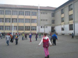 elevi curtea scolii