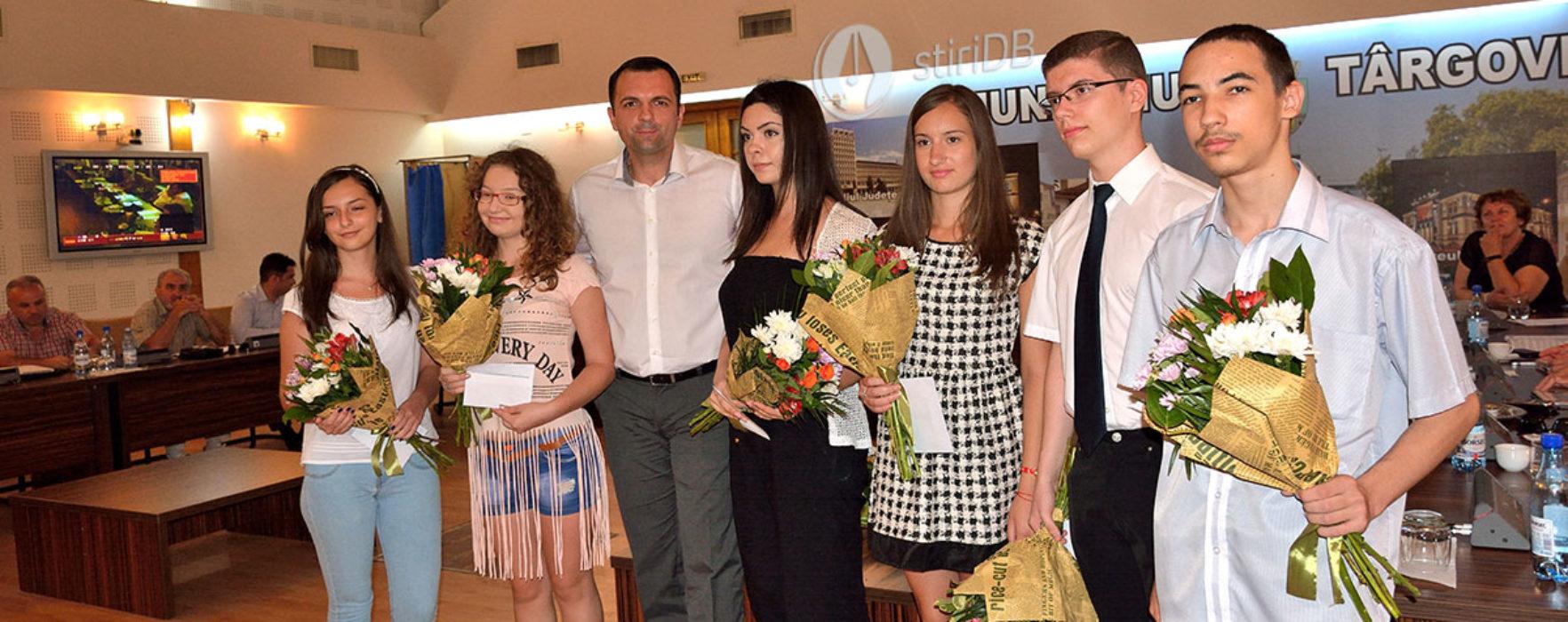 Elevii de 10, premiaţi de Consiliul Local Târgovişte