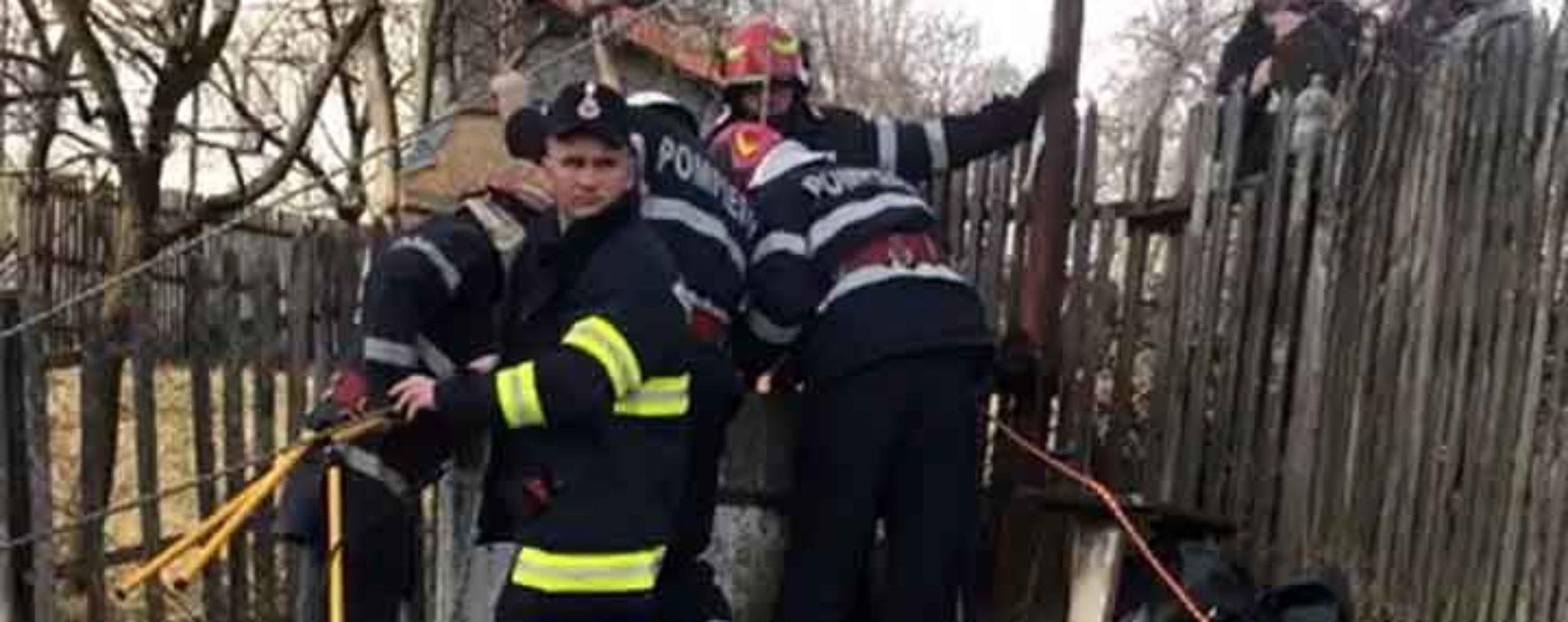Dâmboviţa: Femeie căzută într-o fântână, salvată de pompieri