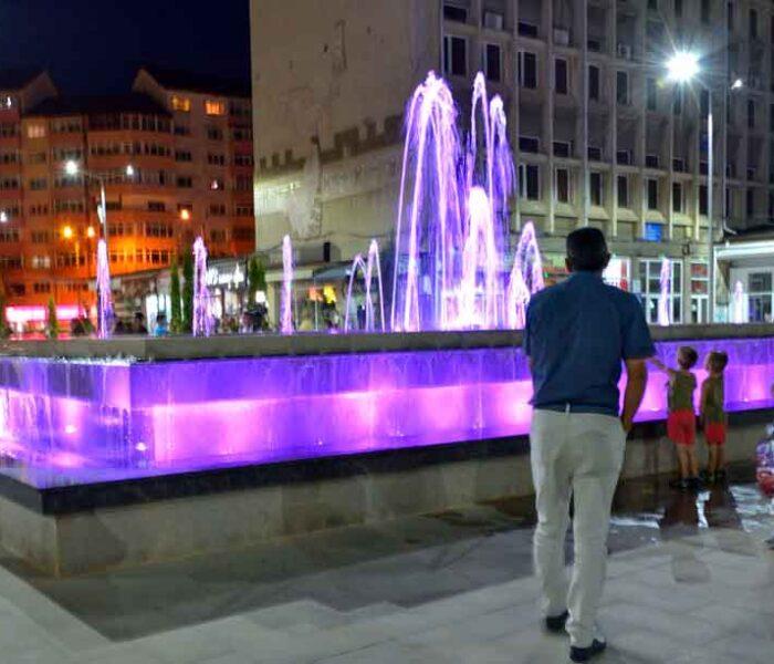 Târgovişte: Piaţa Tricolorului a fost reabilitată, au fost realizate mai multe fântâni arteziene luminate