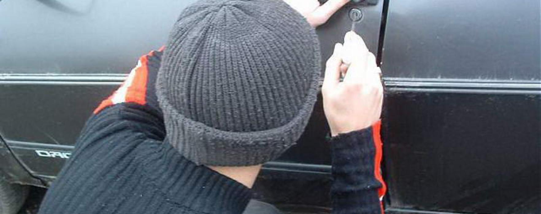 Dâmboviţa: Percheziţii la suspecţi de furturi din autoturisme