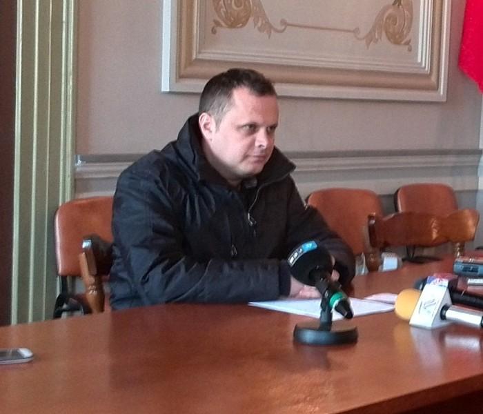 Adrian Ţuţuianu: Primăria e de vină pentru şcolile fără căldură / Gabriel Cioacă: Ţuţuianu e în deficit de imagine (video)