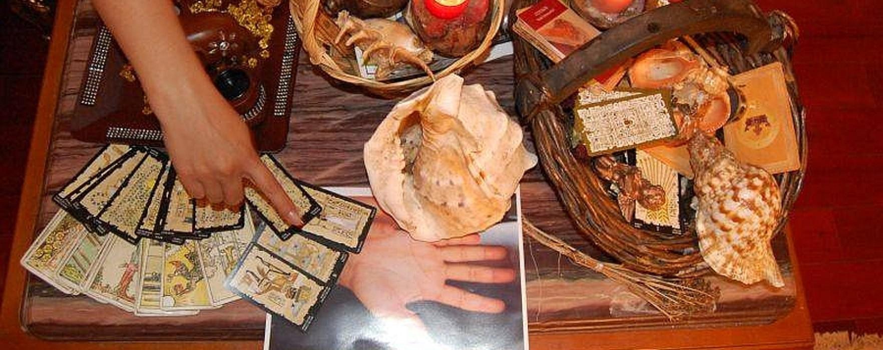 Femeie înşelată de o ghicitoare, care i-a furat bani şi inele de aur