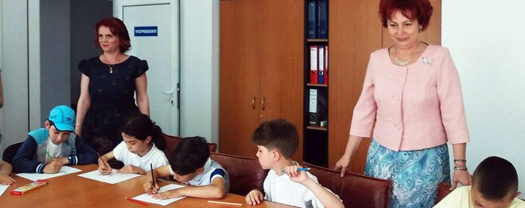 Organizaţia femeilor social democrate din Târgovişte a premiat copiii participanţi la un concurs de desen