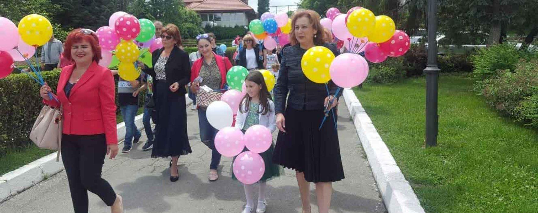 Surprize dulci și baloane colorate oferite de femeile social-democrate copiilor din municipiul Târgoviște, de 1 iunie