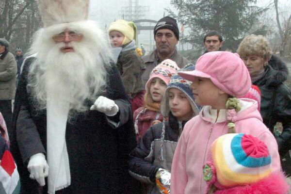 Moș Nicolae în mijlocul copiilor, 2006