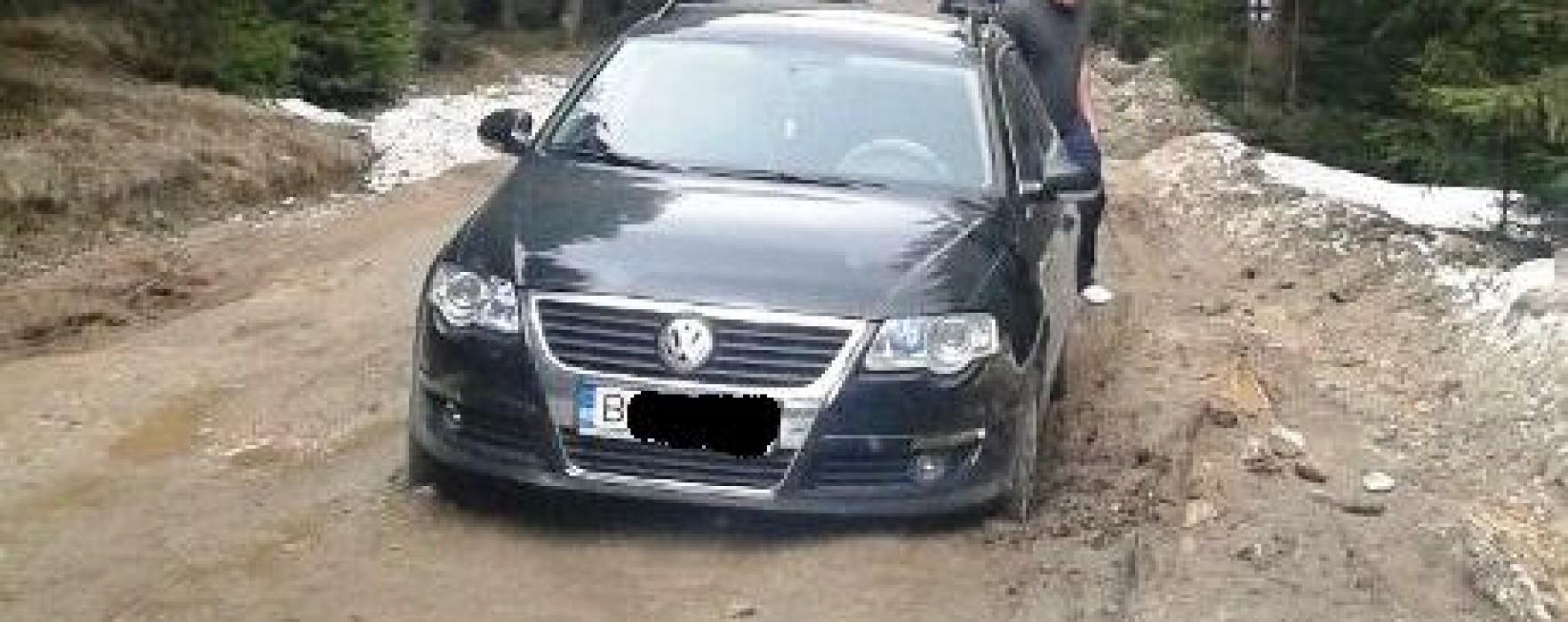 Turişti rămaşi impotmoliţi cu maşina în zona Padina-Peştera