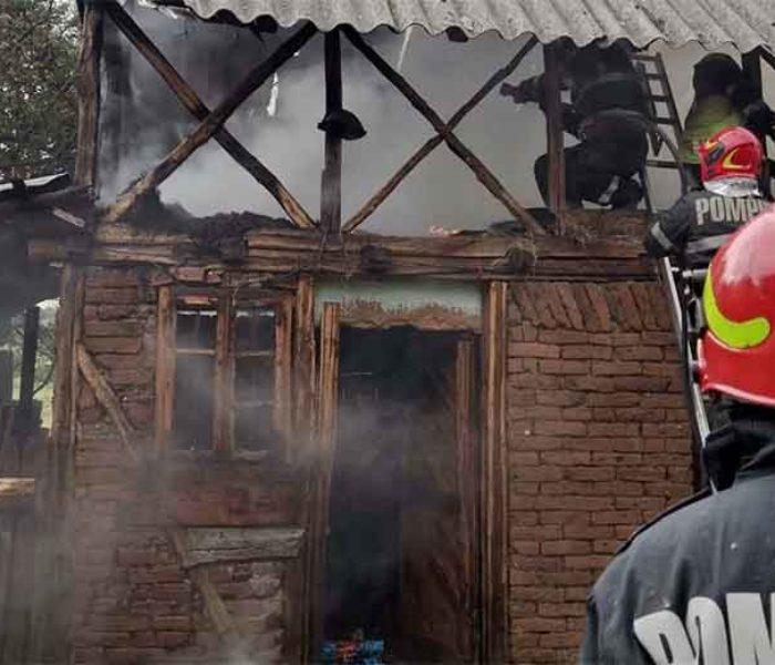 Dâmboviţa: O anexă gospodărească a ars după ce a fost lovită de un trăsnet