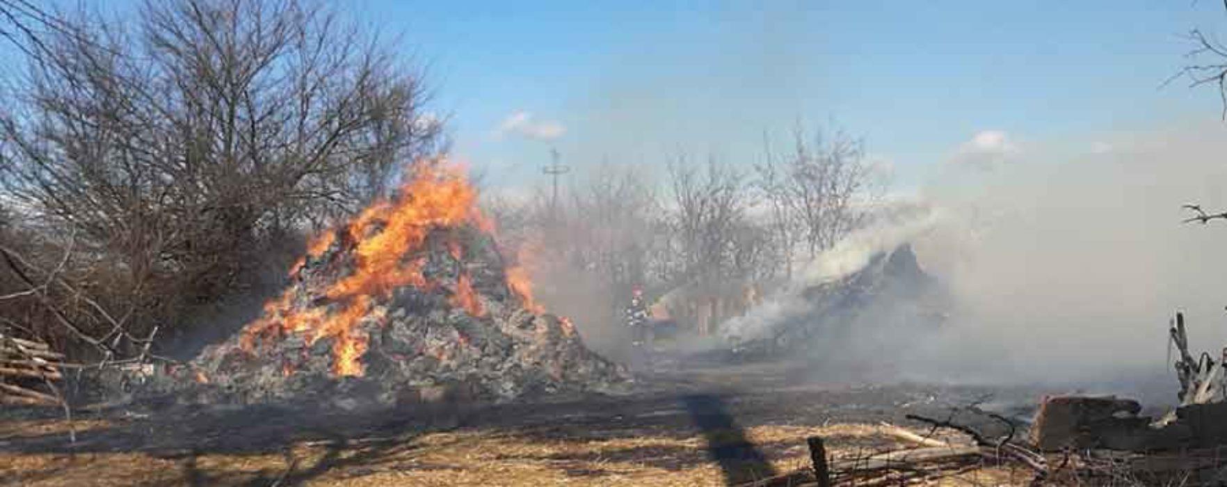 Dâmboviţa: Incendiu într-o gospodărie; focul intensificat de vânt a ars baloţi de fân, un gard şi a omorât ovine