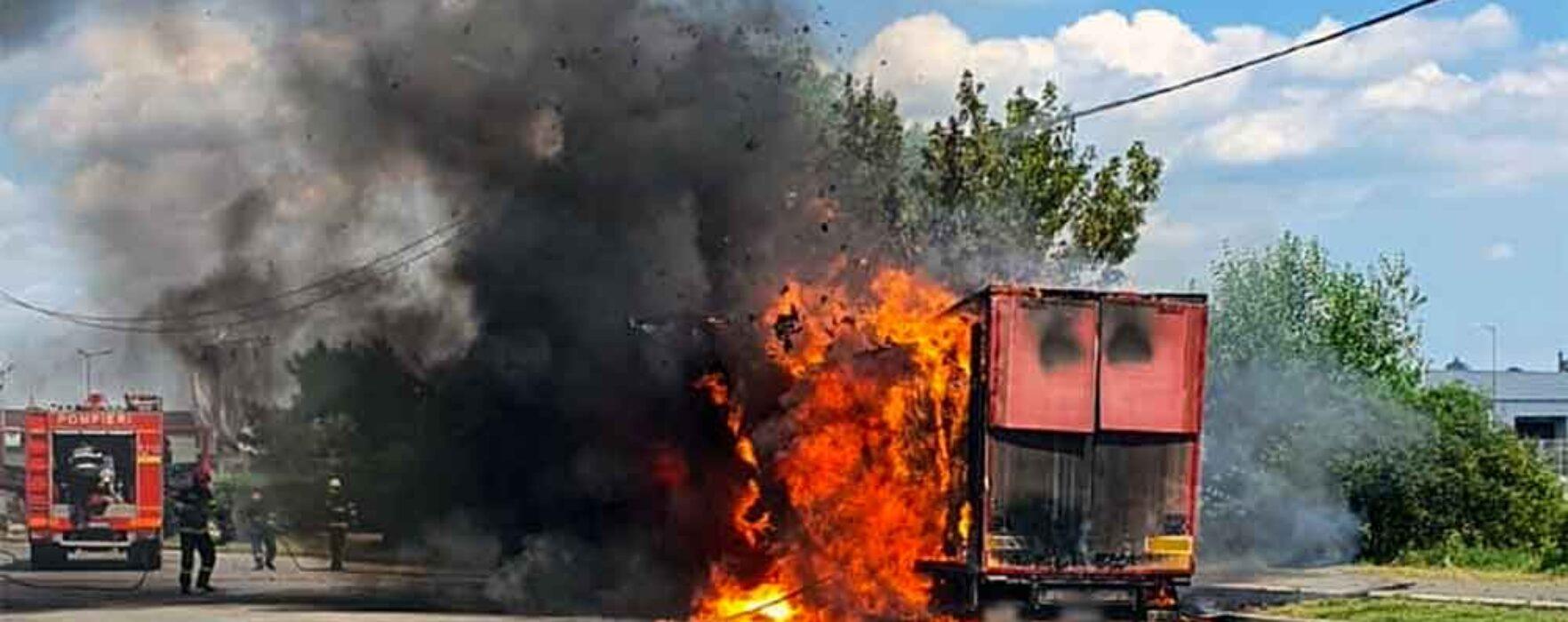Incendiul la remorca unui autocamion ce transporta baloţi de hârtie, pe şoseaua de centură a Târgoviştei