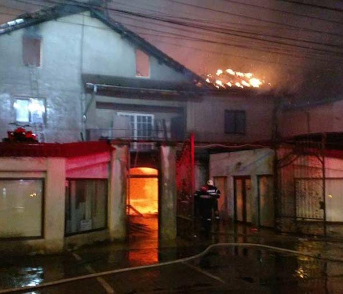 Târgovişte: Incendiu la o fabrică de mobilă; au ars patru hale pe o suprafaţă de 10.000 mp