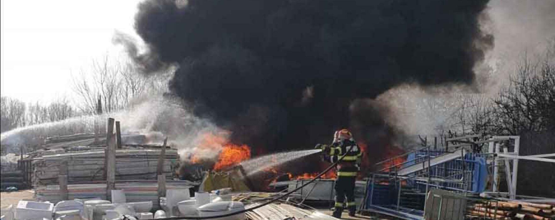 Târgovişte: Incendiu la un depozit exterior de mase plastice şi deşeuri; au ars 10 tone de mase plastice