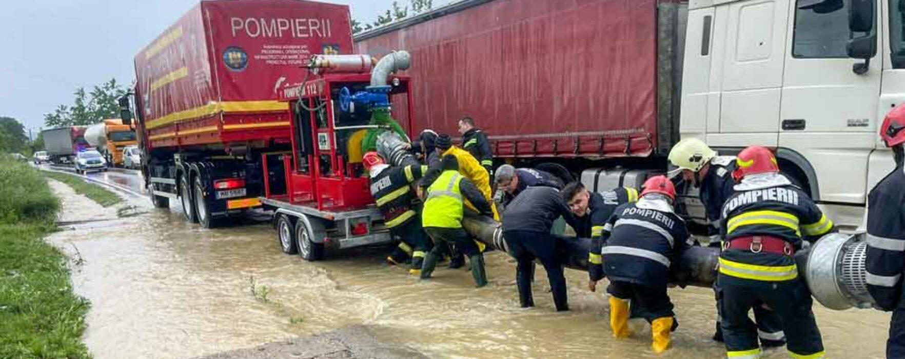 Dâmboviţa: Mai multe gospodării inundate, DN71 acoperit cu apă pe 700 de metri în apropiere de Pucioasa