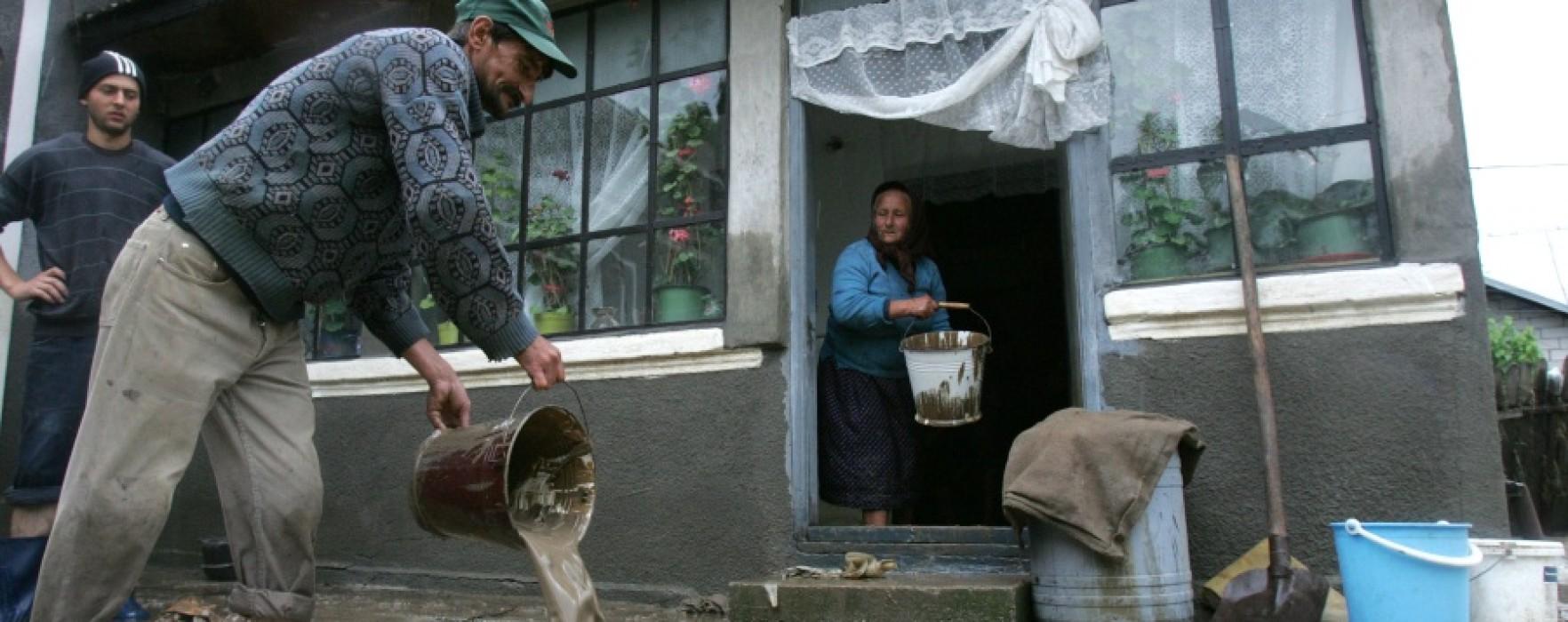 Dâmboviţa: Gospodării inundate, o persoană salvată de pompieri