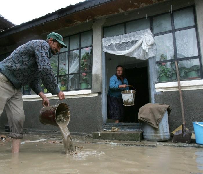 Mai multe gospodării din Răscăieţi, inundate