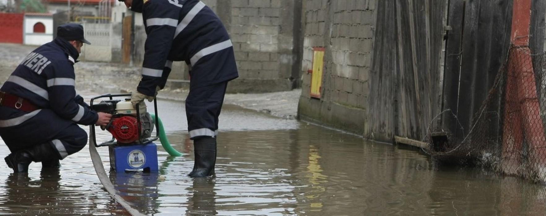Dâmboviţa: Gospodării inundate în Răcari şi Cojasca; pompierii intervin pentru scoaterea apei din curţi