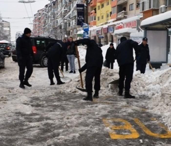Jandarmii au ajutat la deszăpezire în Târgovişte