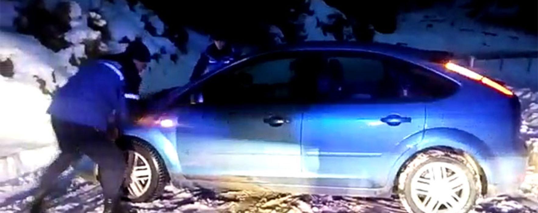 Dâmboviţa: Maşină rămasă înzăpezită în zona montană