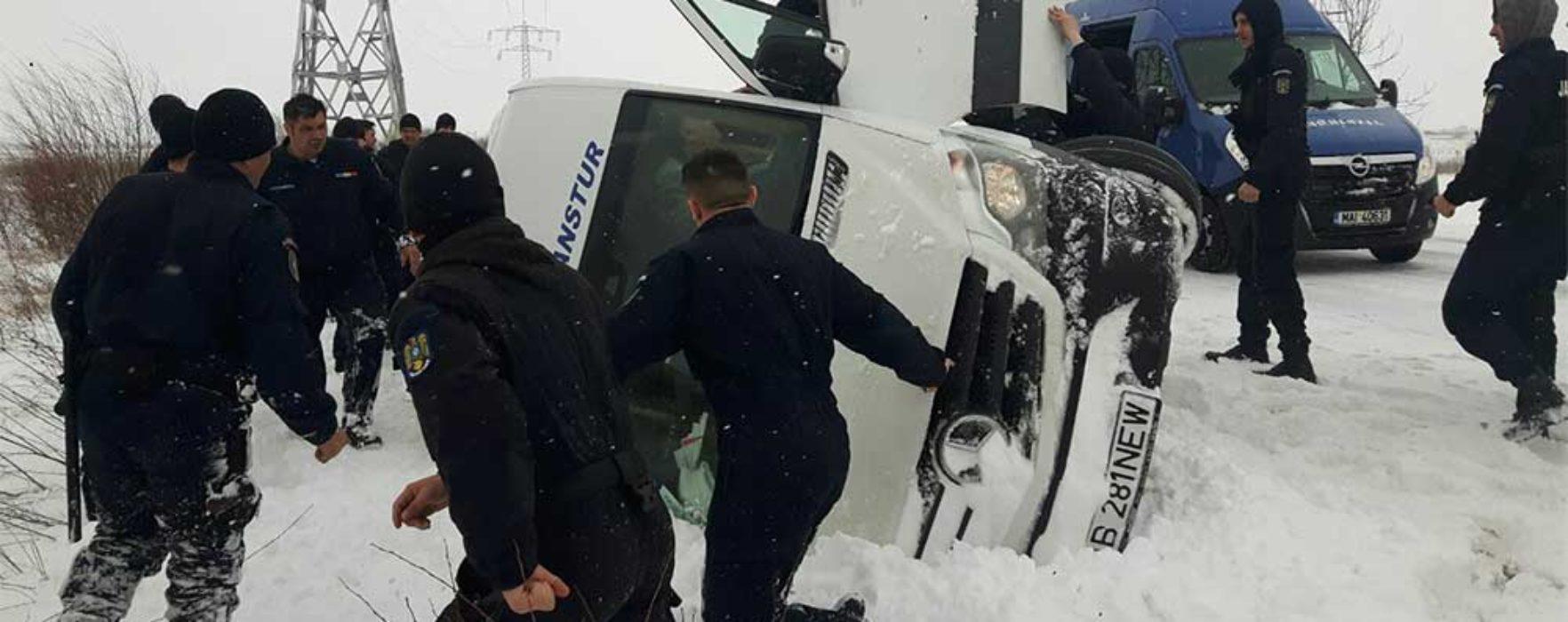 Microbuz răsturnat pe DN 71, la Brăteşti