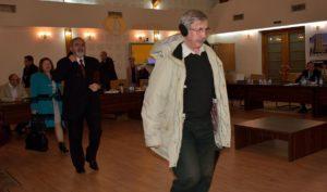 Consilierii PNL ieșind din sala de ședință