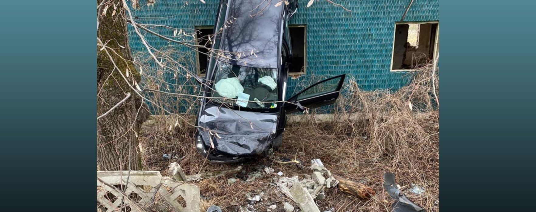 Târgovişte: Şofer băut a ieşit cu maşina de pe carosabil şi s-a lipit cu maşina de zidul unei clădiri