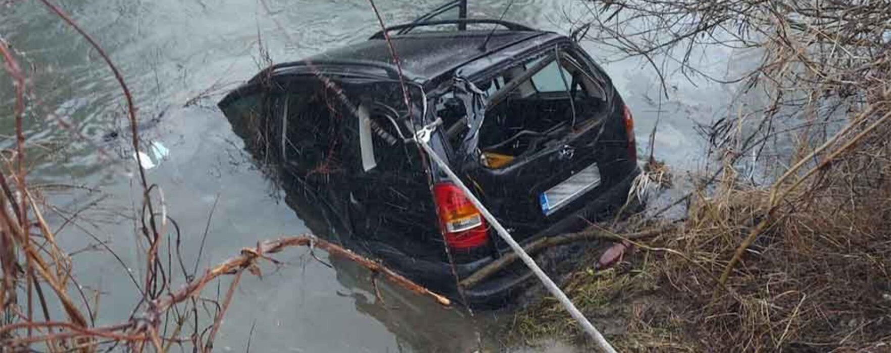 Dâmboviţa: Şofer băut a căzut cu maşina într-un râu, în autoturism era şi o pasageră