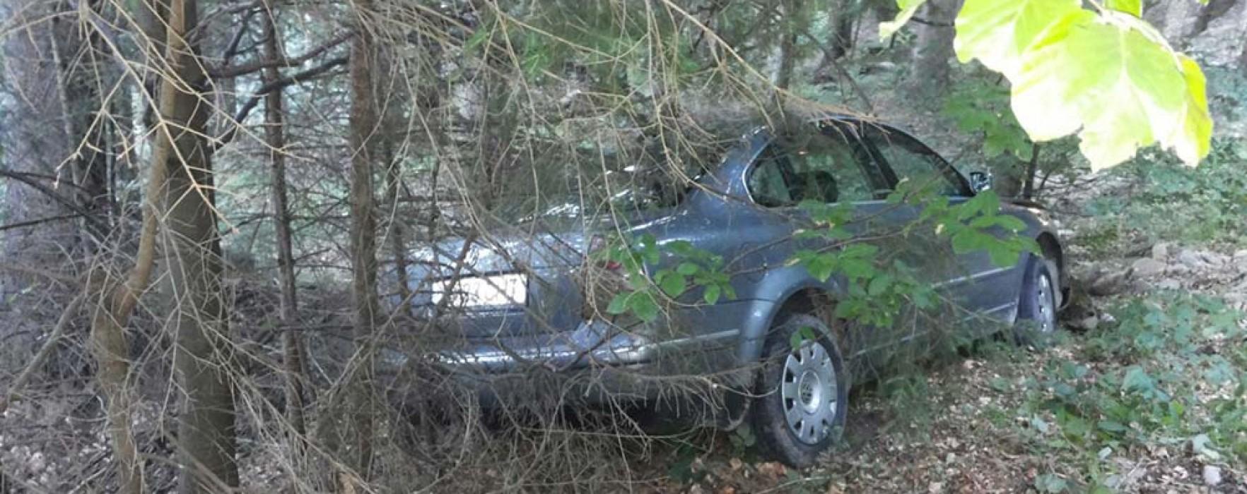 Dâmboviţa: A uitat să tragă frâna de mână, iar maşina cu pasageri a căzut în râpă