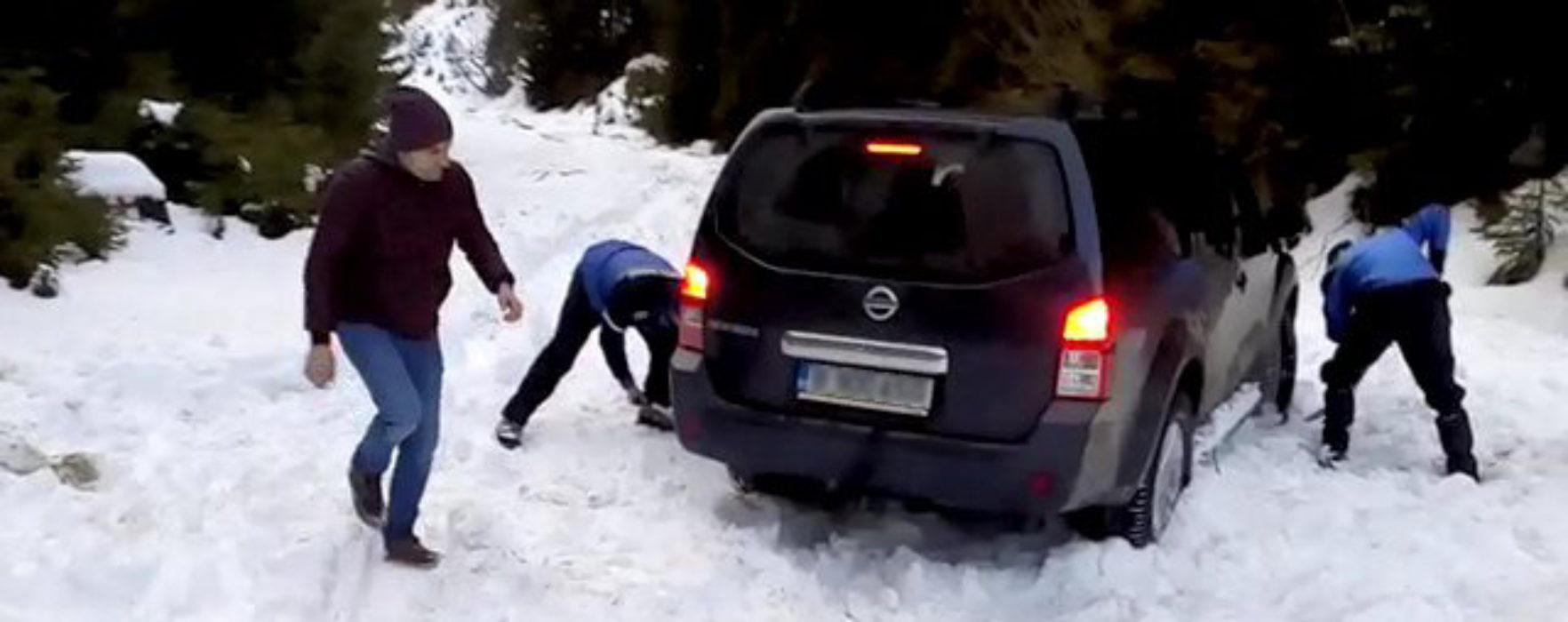 Dâmboviţa: Turişti rămaşi înzăpeziţi cu maşinile în zona montană, ajutaţi de jandarmi