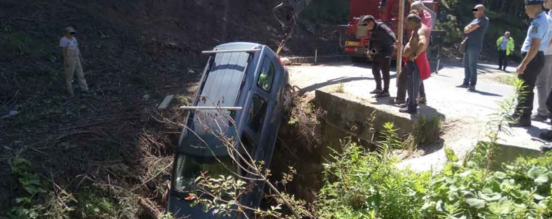 Dâmboviţa: Maşină căzută într-o râpă în zona montană a judeţului; jandarmii au intervenit