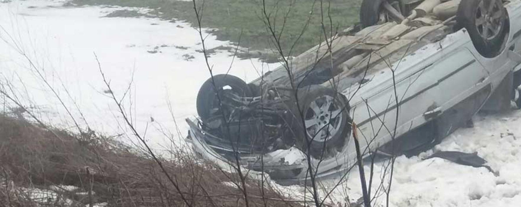Dâmboviţa: O şoferiţă a pierdut controlul asupra volanului şi s-a răsturnat cu maşina