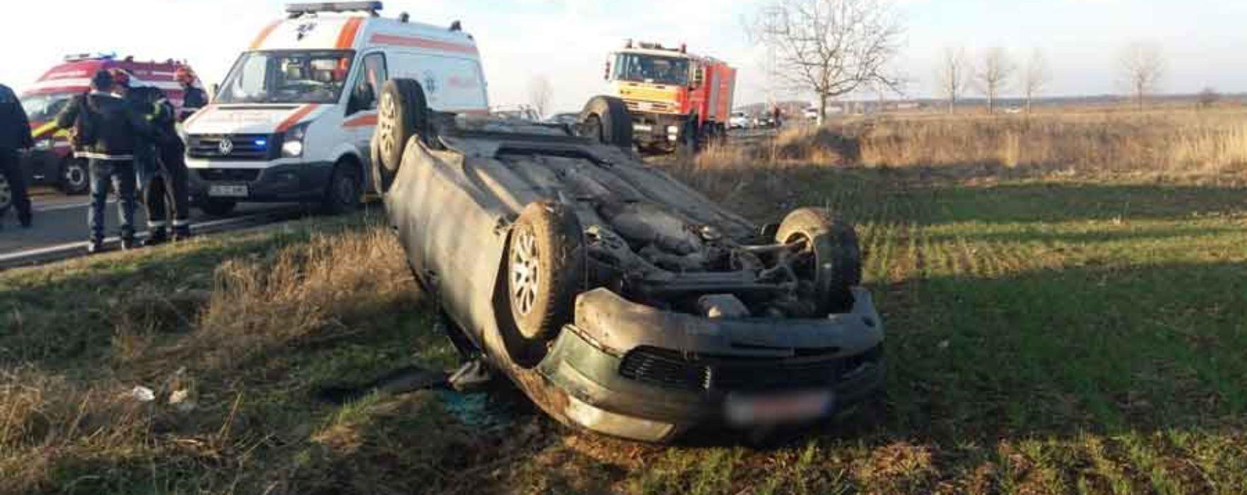 Dâmboviţa: Maşină răsturnată în afara părţii carosabile pe DN 71 Târgovişte-Bucureşti