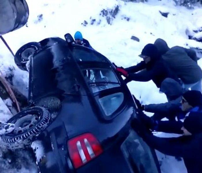 Dâmboviţa: O altă maşină s-a răsturnat pe drumul din zona montană