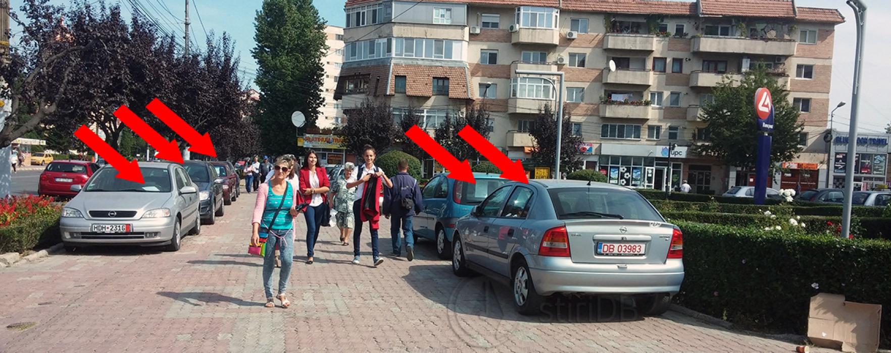 Târg ilegal de maşini în centrul Târgoviştei, pe trotuar, la intrarea pe Bulevardul Carol I