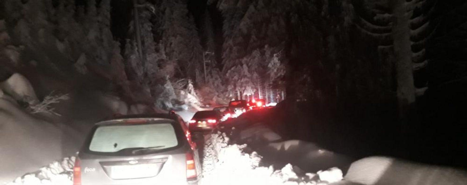 Zeci de turişti înzăpeziţi cu maşinile pe DJ 714 vineri noapte, sâmbătă drumul e blocat de copaci căzuţi