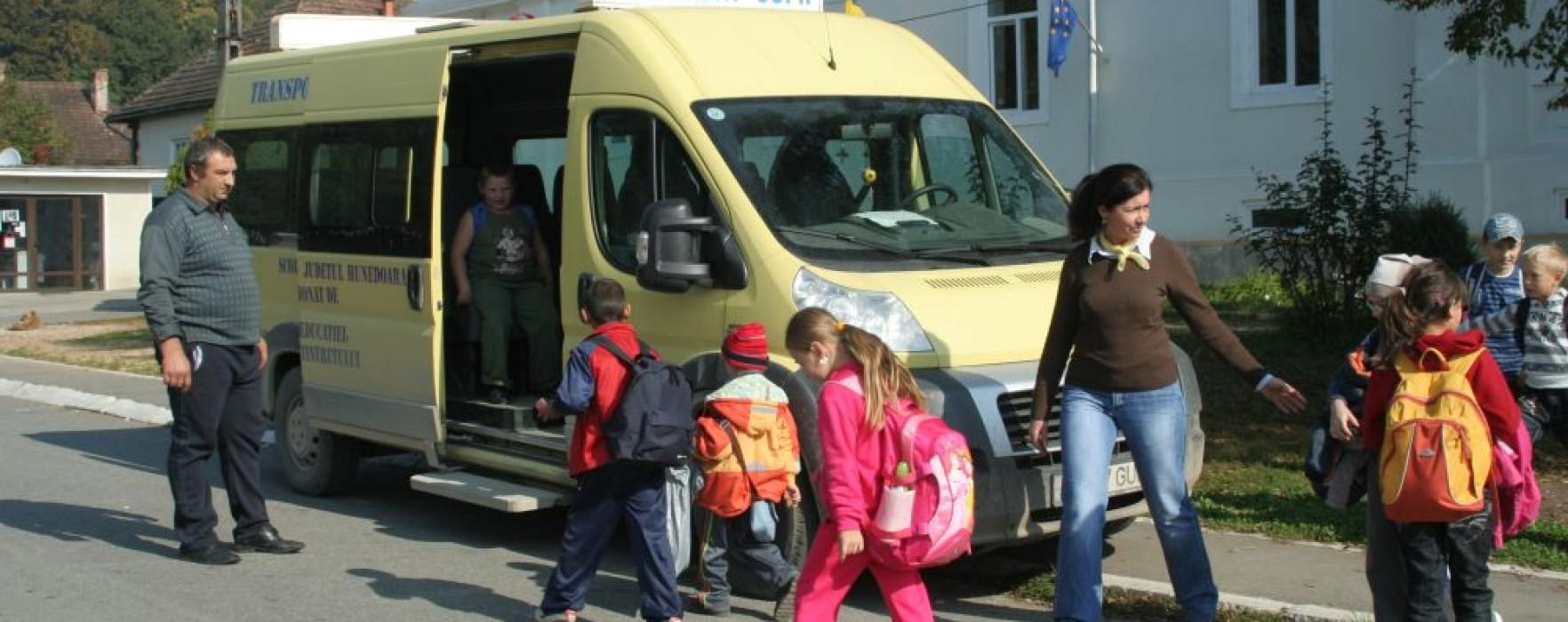 Microbuze pentru elevii din 17 şcoli din Dâmboviţa
