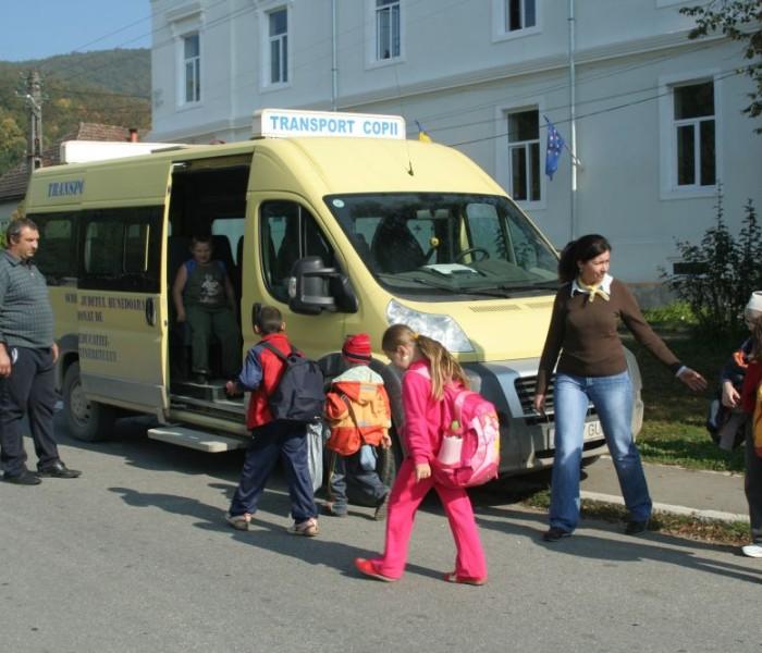 Dâmboviţa: În Nucet, pe unde a trecut ucigaşul de la Gura Şuţii, e un singur microbuz şcolar la 500 şcolari şi preşcolari
