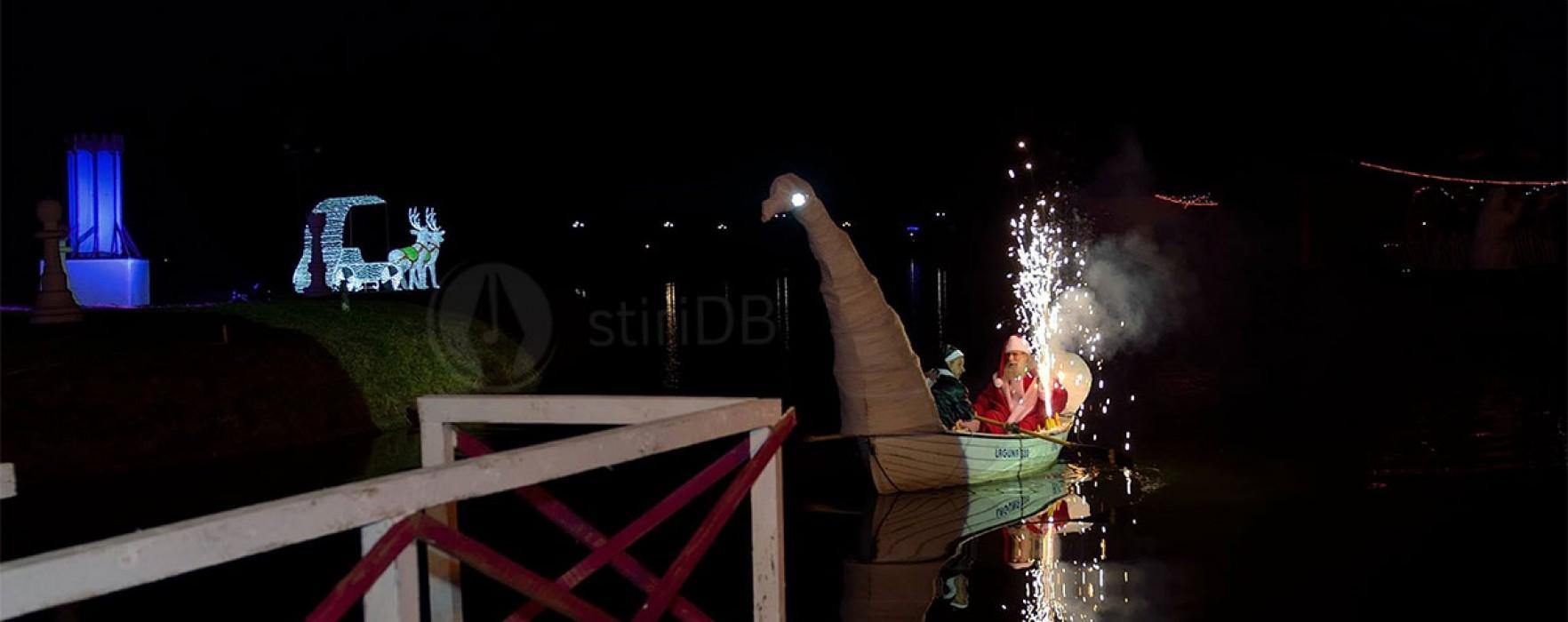 Moş Crăciun a venit, la Târgovişte, cu barca pe lacul Chindia (foto)