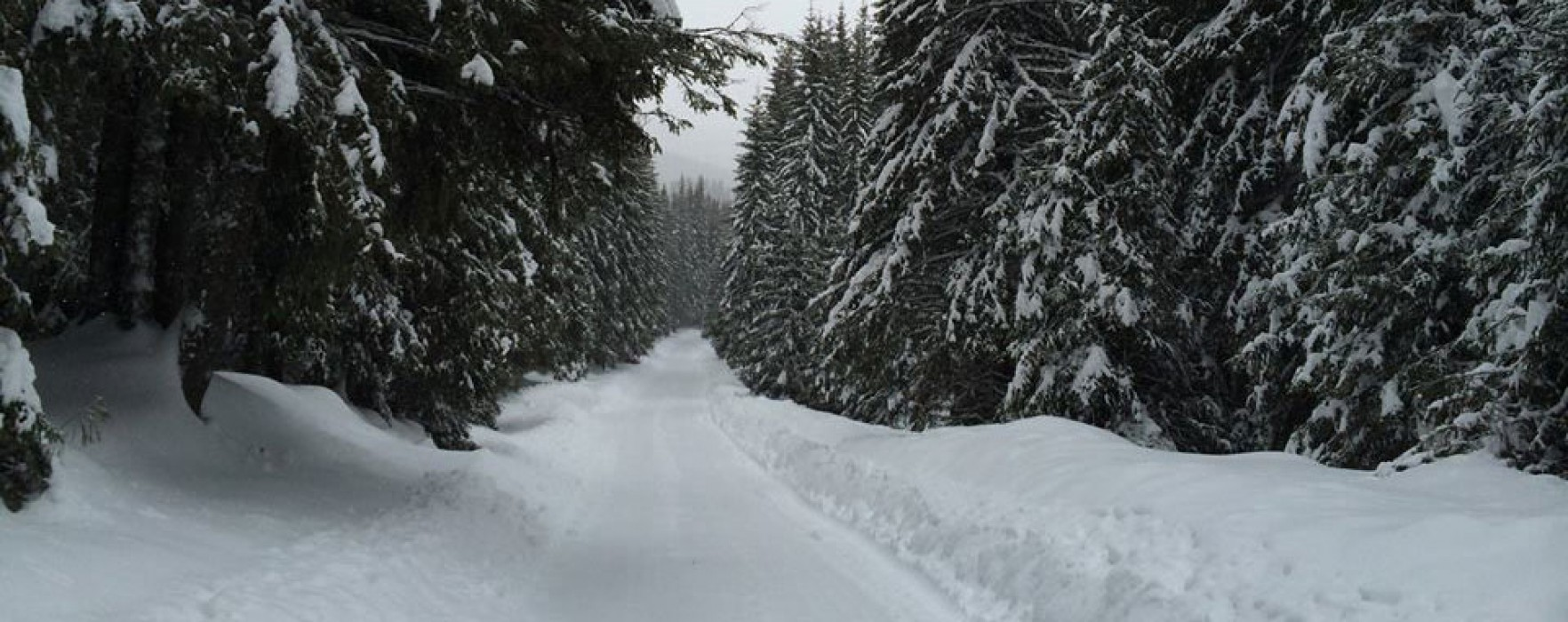 Drumul din DN 71 spre Padina-Peştera, închis; pe DJ 714 maşinile trebuie echipate de iarnă